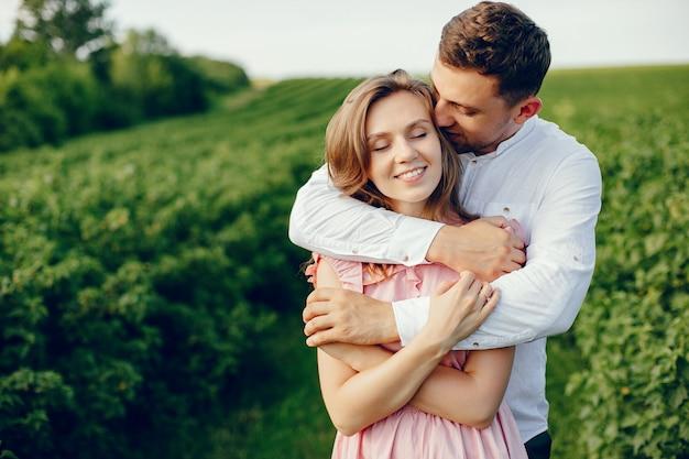 美しいカップルが夏の畑で時間を過ごす 無料写真