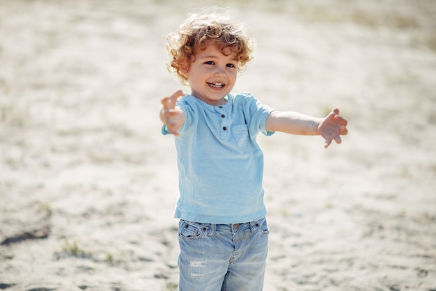 Симпатичные маленькие дети играют на песке Бесплатные Фотографии