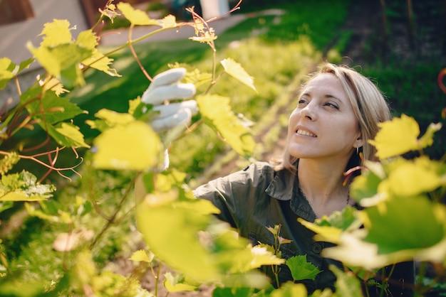 家の近くの庭で働く美しい女性 無料写真