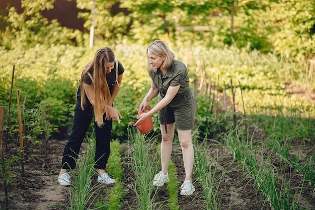 Красивые женщины работают в саду возле дома Бесплатные Фотографии