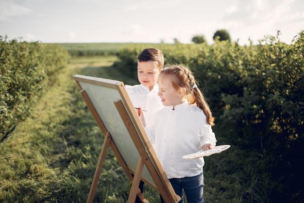 かわいい小さな子供たちが公園で絵を描く 無料写真