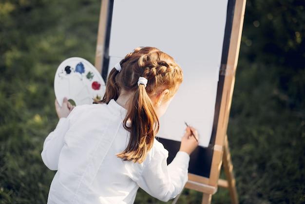 Милая маленькая девочка, живопись в парке Бесплатные Фотографии