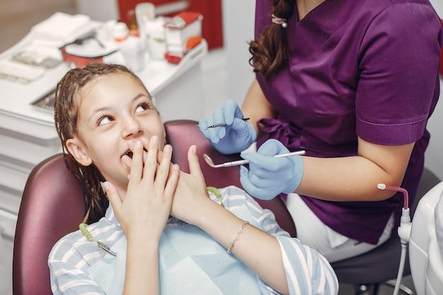 歯科医のオフィスに座っている美しい少女 無料写真