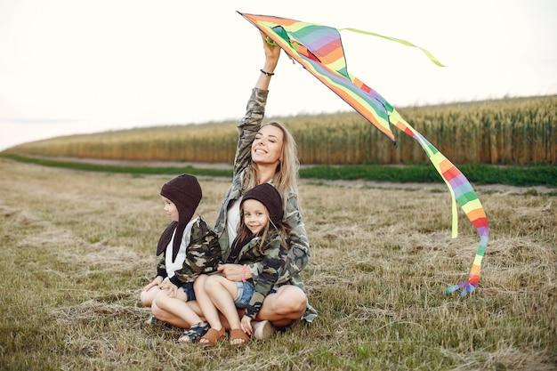夏の畑でかわいい小さな子供を持つ母 無料写真