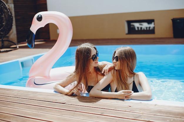 スイミングプールでの夏のパーティーの女の子 無料写真