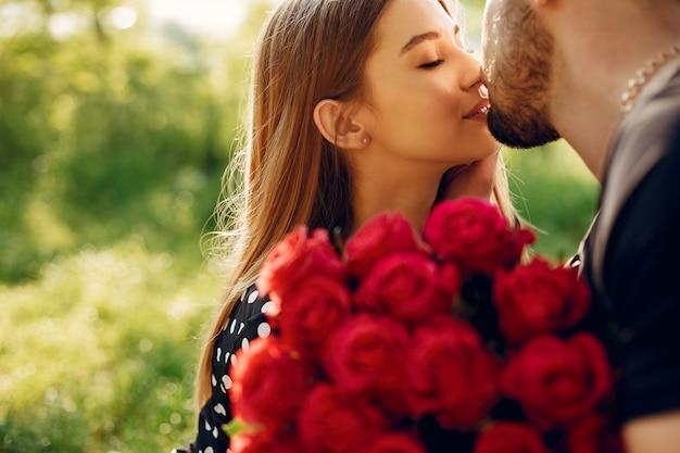 美しいカップルは夏の公園で時間を過ごす 無料写真
