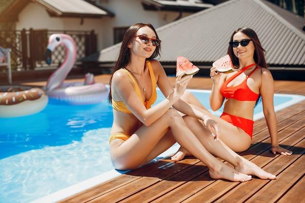 Девушки на летней вечеринке в бассейне Бесплатные Фотографии