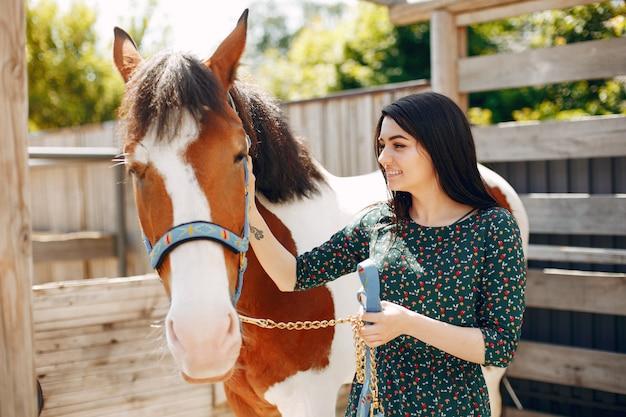 馬と立っている美しい女性 無料写真