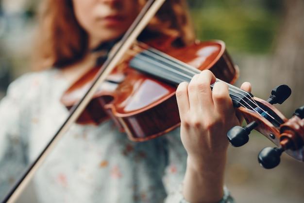 Красивая девушка в летнем парке со скрипкой Бесплатные Фотографии