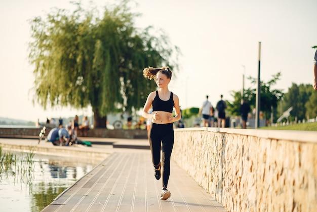 夏の公園の美しいスポーツ少女 無料写真