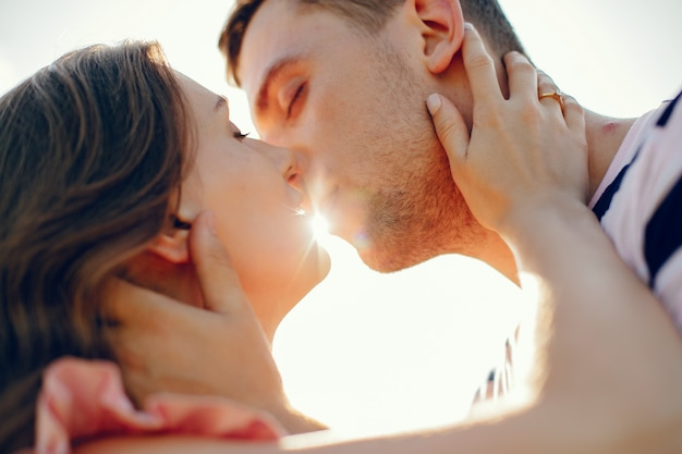 Красивая пара проводит время на летнем поле Бесплатные Фотографии