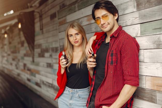 街でアークとスタイリッシュな若いカップル 無料写真
