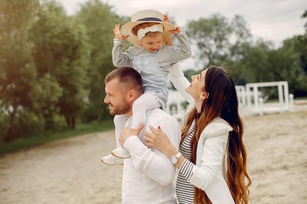 公園で遊ぶ娘と家族 無料写真