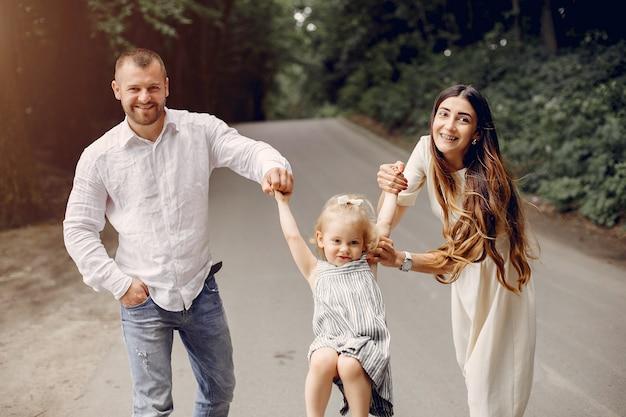 Семья с дочерью, играя в парке Бесплатные Фотографии