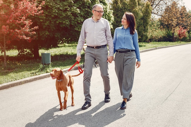 犬と夏の森の美しいカップル 無料写真