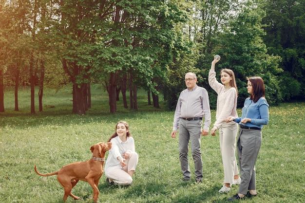 Элегантная семья проводит время в летнем парке Бесплатные Фотографии