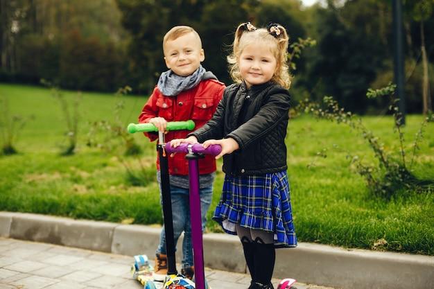芝生で遊ぶ公園でかわいい子 無料写真