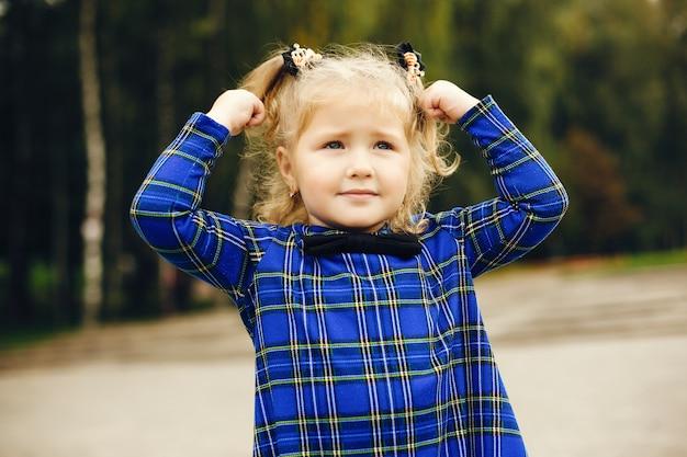 Милый ребенок в парке, играя на траве Бесплатные Фотографии
