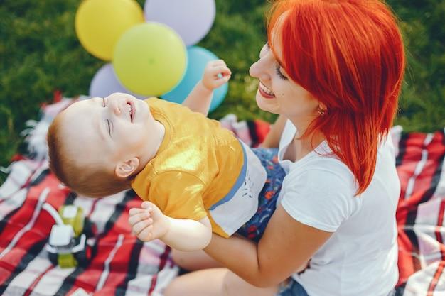 夏の公園で遊ぶ息子と母 無料写真
