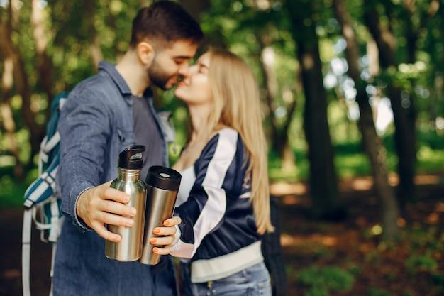 Милая пара отдыхает в летнем лесу Бесплатные Фотографии