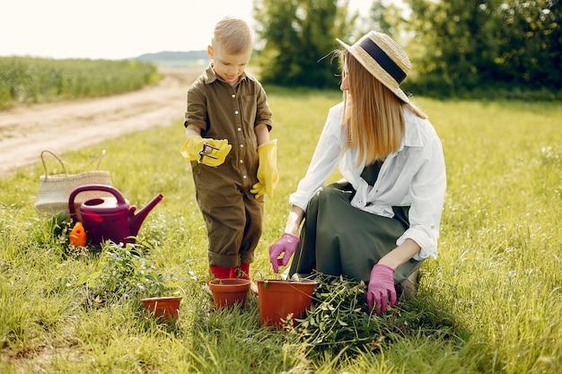 Красивая мама с маленьким сыном в летнем поле Бесплатные Фотографии