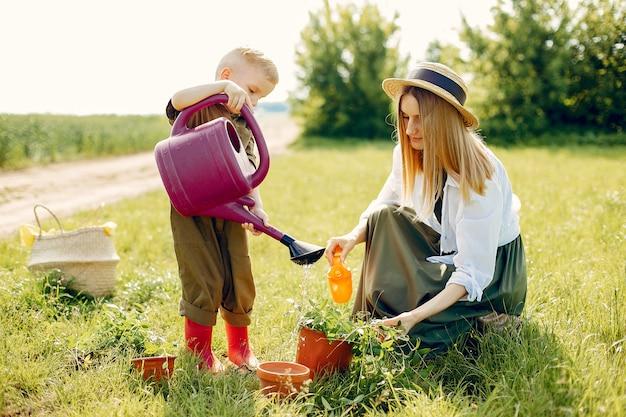 夏の畑で幼い息子と美しい母 無料写真