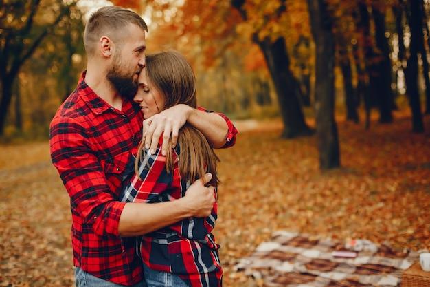 Элегантная пара проводит время в осеннем парке Бесплатные Фотографии