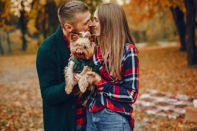 秋の公園で時間を過ごすエレガントなカップル 無料写真