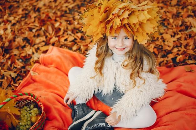 Милая маленькая девочка в осеннем парке Бесплатные Фотографии