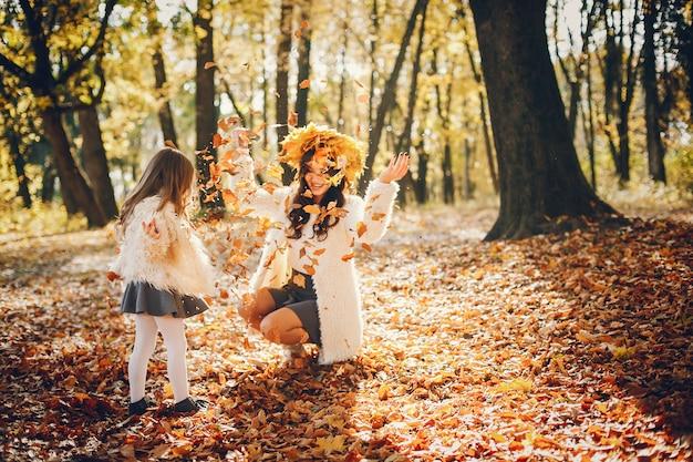 Милая и стильная семья в осеннем парке Бесплатные Фотографии