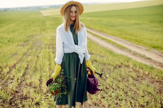 夏の畑で美しい女性 無料写真