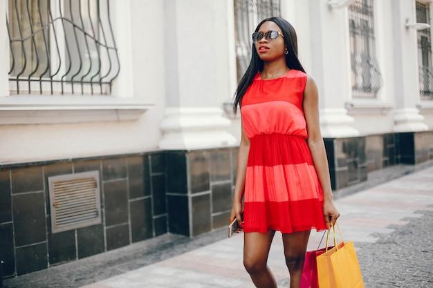 Красивая черная девушка с сумками в городе Бесплатные Фотографии
