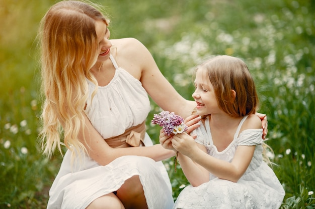 春の公園でキュートでスタイリッシュな家族 無料写真