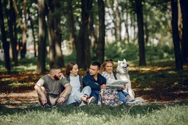 Четверо друзей отдыхают в лесу Бесплатные Фотографии