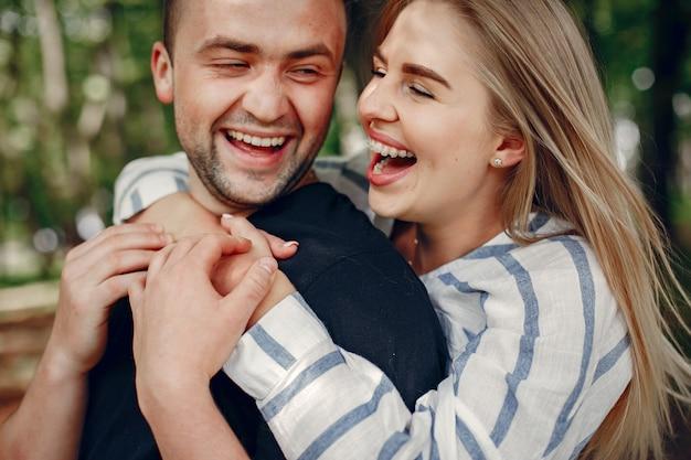 美しいカップルが森で時間を過ごす 無料写真