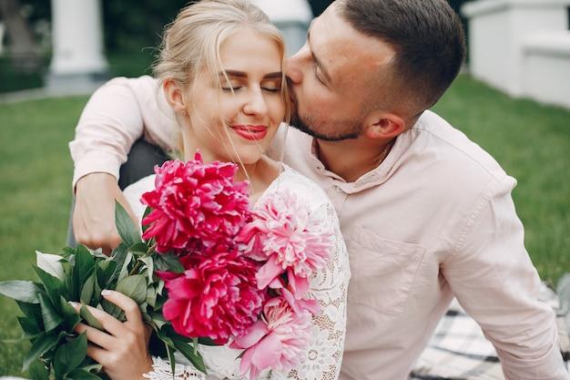 Красивая пара проводит время в летнем саду Бесплатные Фотографии