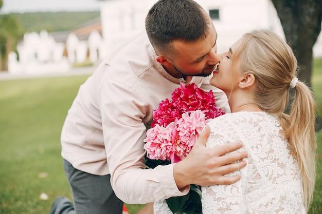 美しいカップルは夏の庭で時間を過ごす 無料写真