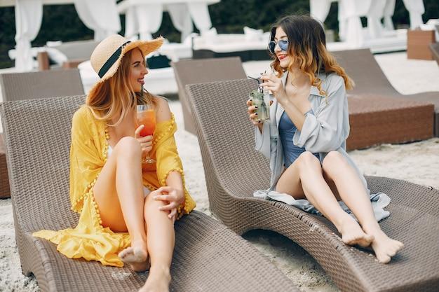 Две элегантные девушки на курорте Бесплатные Фотографии