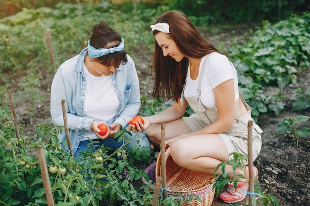 美しい女性は庭で働いています 無料写真