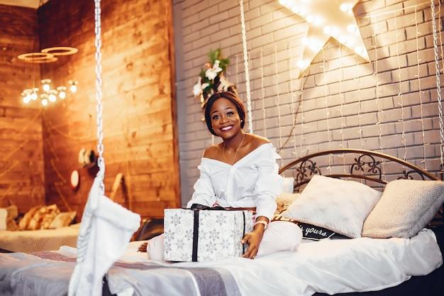 クリスマスの装飾でエレガントな黒の女の子 無料写真