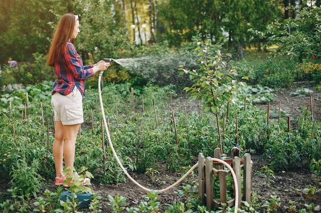Красивая женщина работает в саду Бесплатные Фотографии