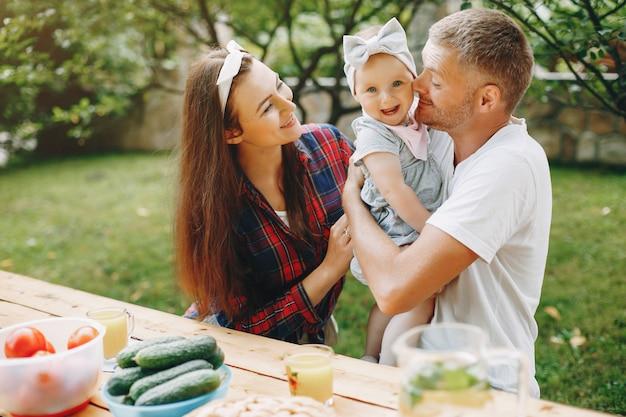 庭で遊ぶ娘と家族 無料写真
