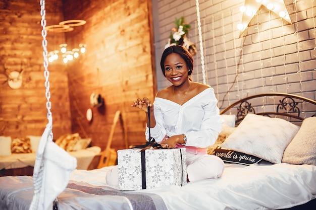 Элегантная черная девушка в рождественские украшения Бесплатные Фотографии