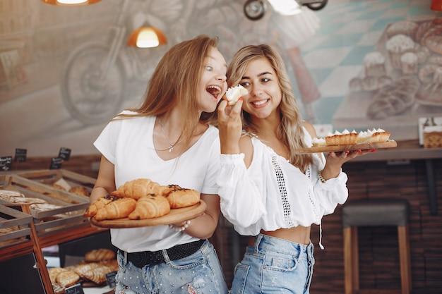 Красивые девушки покупают булочки в пекарне Бесплатные Фотографии