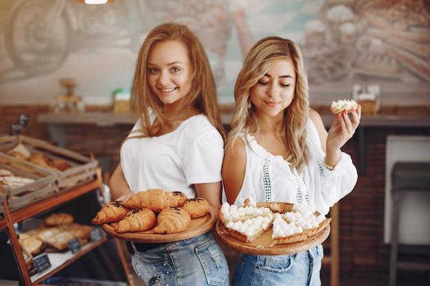美しい女の子はパン屋でパンを買う 無料写真