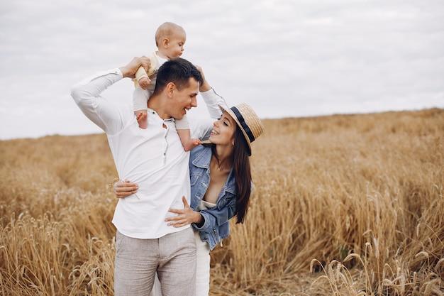 Милая семья играет в осеннем поле Бесплатные Фотографии