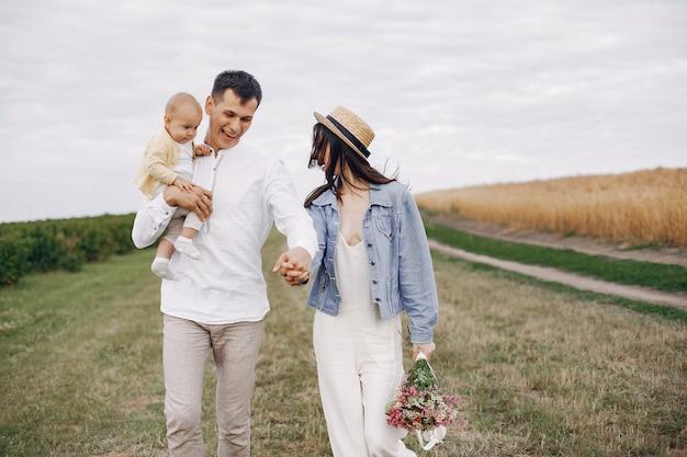 秋のフィールドで遊ぶかわいい家族 無料写真