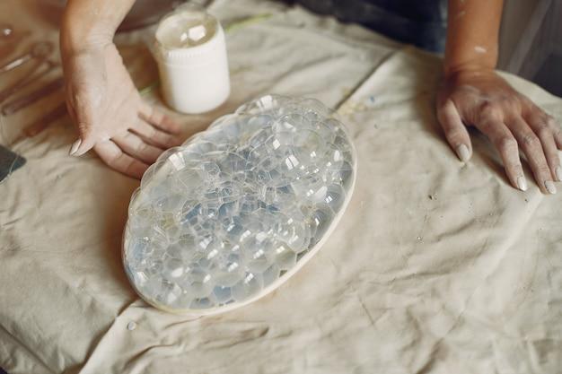 若い女性はワークショップで陶器を作る 無料写真