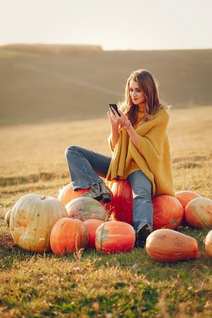 かわいい女の子は、秋の公園で休憩 無料写真