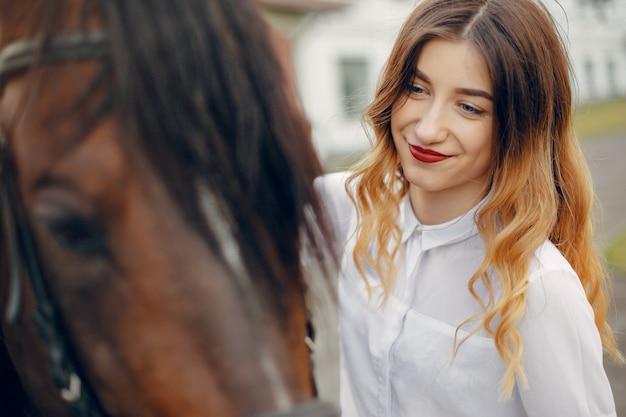 Красивая женщина, стоящая с лошадью Бесплатные Фотографии
